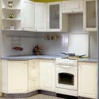 белая угловая кухня с пластиковой столешницей