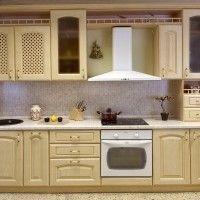 прямая классическая кухня из светлого дерева