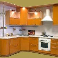 оранжевая глянцевая угловая кухня с радиусным фасадом