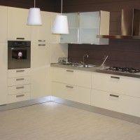 угловой кухонный гарнитур с глянцевыми фасадами ваниль