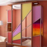 корпусной шкаф-купе из цветного стекла геометрия