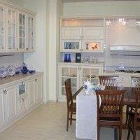 классическая белая кухня с отдельным духовым шкафом и буфетом
