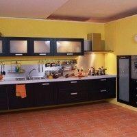 черная кухня с рамочными фасадами и матовым стеклом