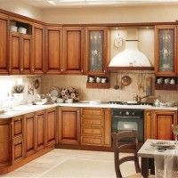 кухонный гарнитур с классическими фасадами под дерево