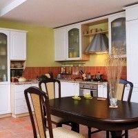 простая белая кухня в деревенском стиле встроенный холодильник