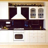прямая белая кухня в деревенском стиле встроенный холодильник