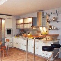 угловая белая кухня с фасадами из пластика и матового стекла
