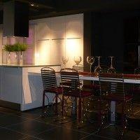 белая глянцевая кухня с островом и столом столешницей