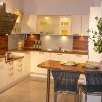 современная белая угловая кухня с подсветкой