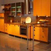 прямая оранжевая кухня с барной стойкой