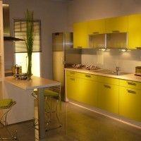маленькая кухня с глянцевыми пластиковыми фасадами