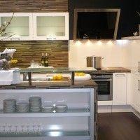 кухня зебрано с островом и барной стойкой