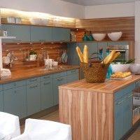 Кухонный гарнитур с голубыми фасадами и корпусом зебрано