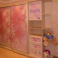 розовый шкаф купе в детскую с фотопечатью