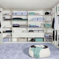 большая белая гардеробная комната с пуфиком
