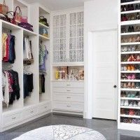белая гардеробная комната с полками для обуви и комодом