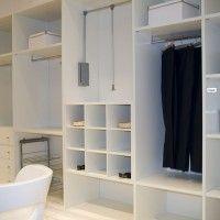 большая белая гардеробная комната из акрила
