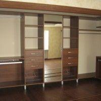 большая комбинированная гардеробная комната с зеркалом