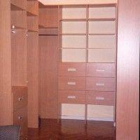 небольшая гардеробная комната с подсветкой