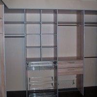 небольшая гардеробная комната со специальными держателями