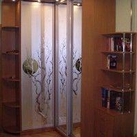 комбинированный угловой шкаф-купе зеркальные двери радиусные полки