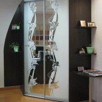 угловой двухдверный шкаф-купе с пескоструйным рисунком на зеркале